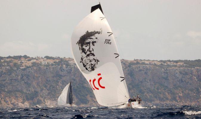 El Aifos 500, con el spi de Elcano izado.   BALESTEROS / EFE