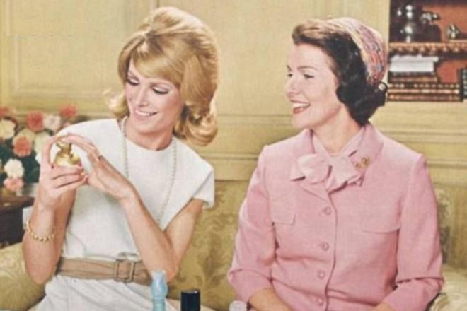 La publicidad de Avon utilizaba la frase con la que se anunciaba la llegada de una de las vendedoras de la marca, 'Ding Dong! Avon Calling!'.