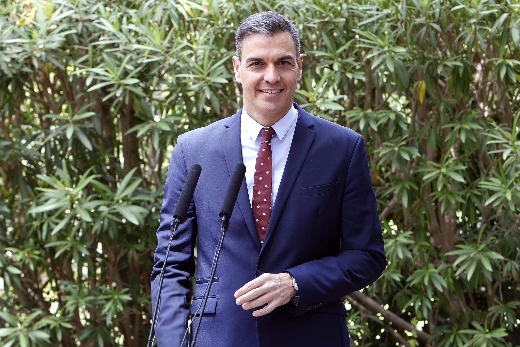 El presidente del Gobierno, Pedro Sánchez, en una rueda de prensa a su llegada al Palacio de Marivent en Palma de Mallorca, Mallorca.