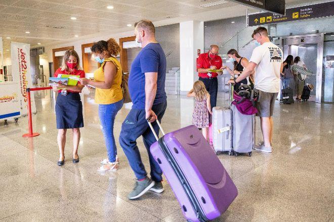 Pasajeros en Menorca procedentes del primer vuelo con origen Gran Bretaña el pasado 1 de julio.