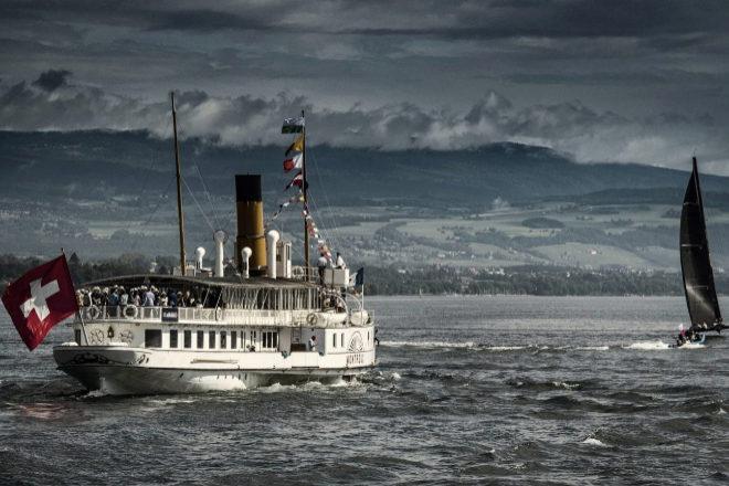 """Parte del público sigue la regata Bol dOr Mirabaud desde el """"Vevey"""", un barco de vapor de 1907 con  66 m de eslora."""