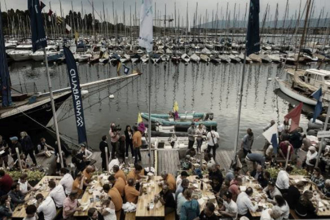 El día de la inauguración, las tripulaciones que participan en Bol dOr Mirabaud asisten a la tradicional cena en la Sociedad Náutica de Ginebra.