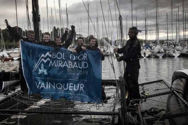 """El """"skipper"""" del """"Ladycat"""", Yann Guichard, celebra con la tripulación La victoria de su catamarán en la Bol dOr Mirabaud."""