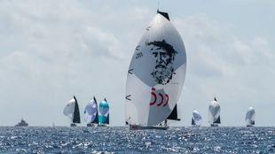 El 'Aifos 500' de Felipe VI, con el spi de Elcano, navegando...