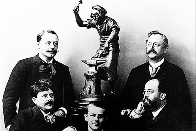 La familia Peugeot, ya en pleno Siglo XX. Armand Peugeot (a la derecha y en pie) fue quien propició que Peugeot comenzara a fabricar coches.