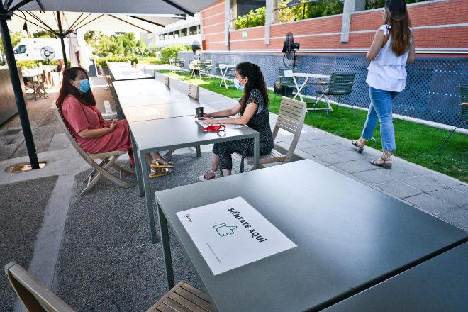 La compañía ha instalado un comedor al aire libre para que sus empleados puedan guardar la distancia de seguridad al comer.