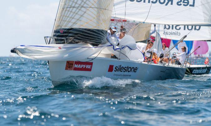 La tripulación del Grupo Consentino-Les Roches recogiendo el spi. | RICARDO PINTO / 39CR MAPFRE