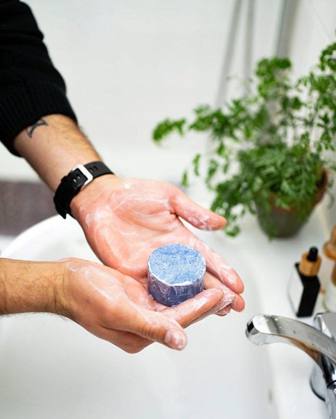 Se masajea para que salga la espuma, se frota bien y se aclara. Para que el champú sólido dure hay que retirar la espuma sobrante y dejarlo secar sobre un lecho de piedras en una jabonera.