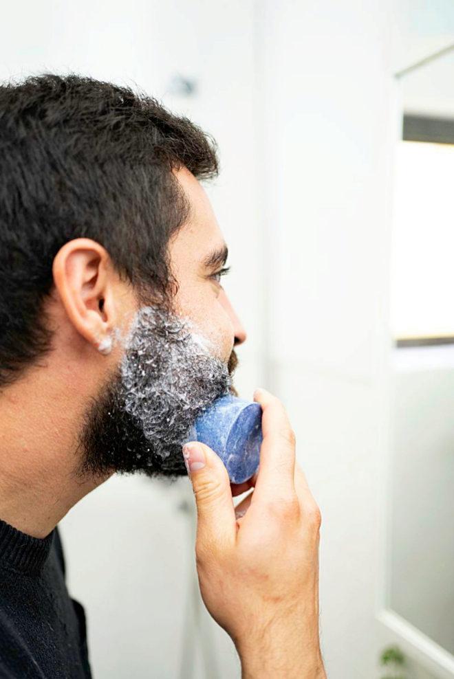 El primer paso del cuidado eco de la barba consiste en pasar la pastilla de champú sólido directamente sobre la barba húmeda.