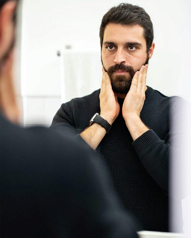 El aceite se extiende con las manos sobre la barba seca: el vello facial queda más suave y la piel de debajo hidratada y aliviada.