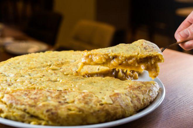 La receta de la tortilla patata requiere paciencia en su cocinado.