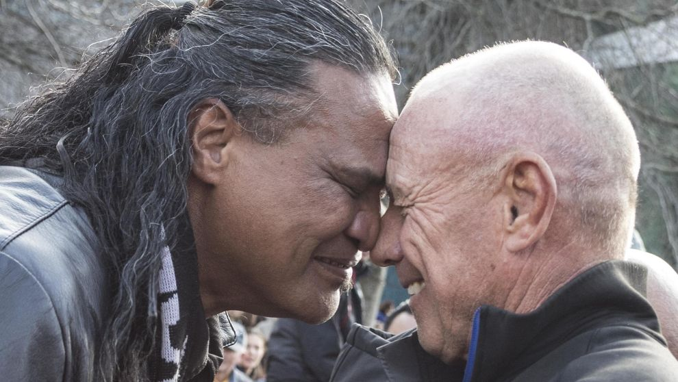 Grant Dalton (dcha.), realizando el saludo tradicional maorí, el...