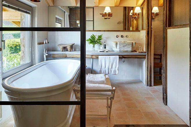 Elegante bañera y ducha en la junior suite en OAR Cottage.