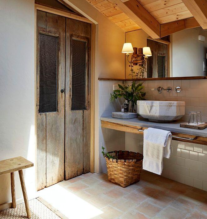 Elementos realizados con material reciclado del caserio y piezas de anticuario conviven en las habitaciones.