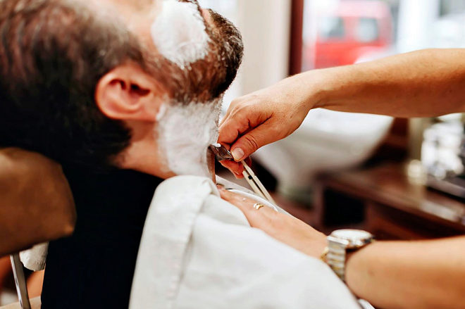 Al barbero. Si no se atreve a proceder usted mismo, confíe la tarea a un experto.