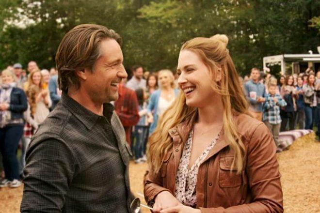 """Martin Henderson (Jack) y Alexandra Breckenridge (Mel) en un fotograma de la tercera temporada de """"Un lugar para soñar""""."""