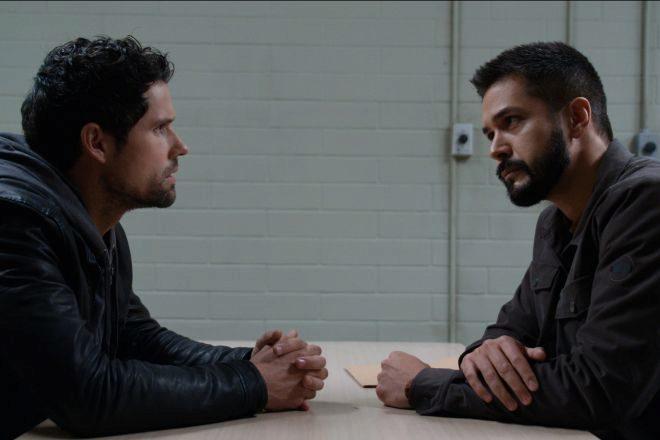 """Fotograma de la tercera temporada de """"Un lugar para soñar"""", una conversación en comisaría entre dos ex marines."""