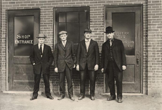 Los 'padres fundadores' de Harley-Davidson: Arthur Davidson (jefe de ventas y secretario), Walter Davidson (primer presidente), William S. Harley (tesorero e ingeniero jefe) y William A. Davidson (vicepresidente y jefe de fábrica) en 1907.