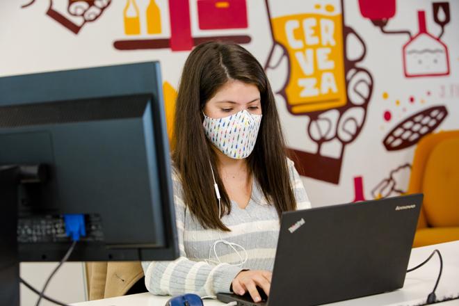 En la sede de Mahou solo se permiten las mascarillas corporativas, además de las quirúrgicas y FPP2.
