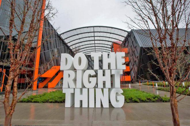 Una de las entradas a las oficinas centrales de Nike en Oregón con el lema 'Haz lo correcto'.