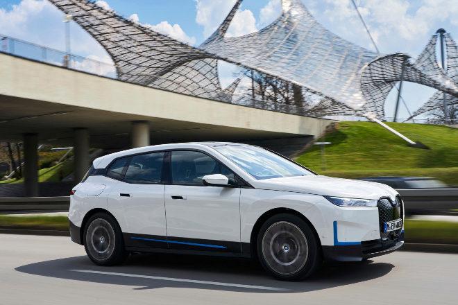 BMW iX. Aunque ya tuvo el i3, BMW inicia una segunda etapa eléctrica con este SUV de lujo del tamaño de un X5 y alcances entre 425 y 630 km.