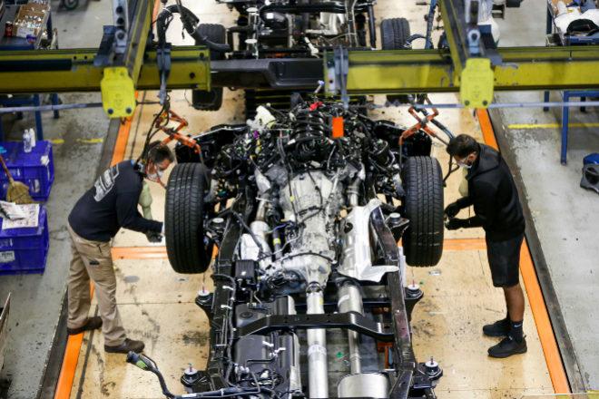 La mascarilla ha vuelto a ser obligatoria en las plantas de Estados Unidos. En España, todos los empleados la llevan para trabajar.