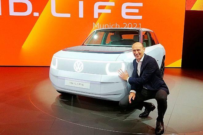 El consejero delegado de la marca Volkswagen, Ralf Brandstatter junto al Volkswagen ID Life ayer en el IAA de Múnich.