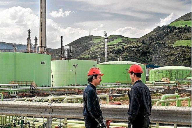 De los grandes sectores industriales vascos, sólo la energía -electricidad y refino de petróleo- baja en lo que va de año. En la foto, la refinería de Petronor.