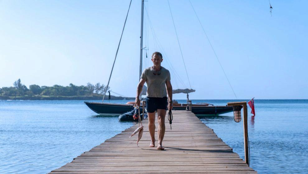 Daniel Craig, con el Spirit 46 amarrado.   NO TIME TO DIE / Danjaq /...