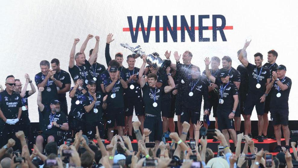 La tripulación del Emirate Team New Zealand celebrando su última...