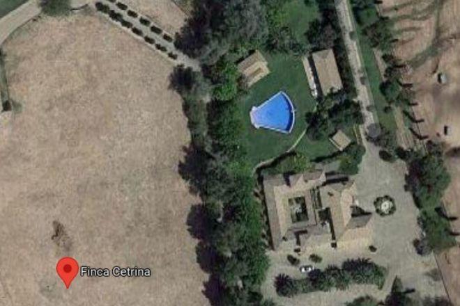 Vista aérea del cortijo de Enrique Ponce en la finca La Cetrina, en el término municipal de Navas de San Juan (Jaén). En esta imagen se aprecia la original piscina con forma de capote.