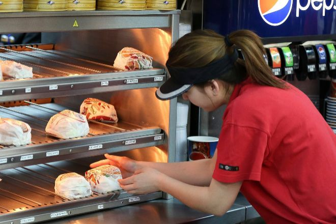 El sector servicios se deja el pasado mes más de 500 empresas en Euskadi