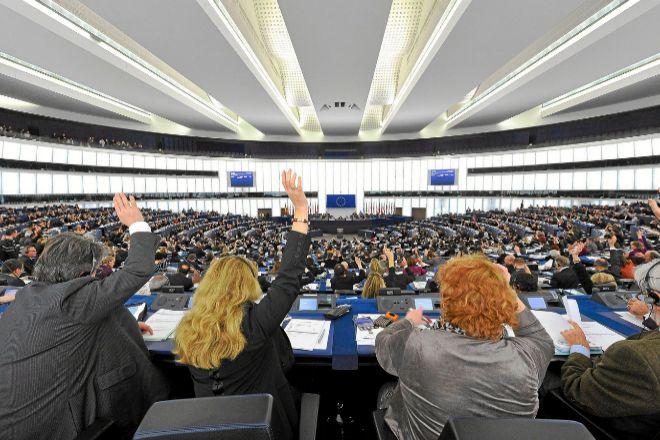 La Eurocámara exige reconocer los derechos de las parejas del mismo sexo en toda la UE