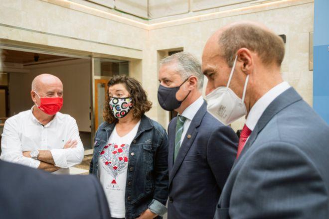 De izquierda a dercecha, el secretario general de UGT Euskadi, Raúl Arza; su homóloga de CCOO, Loli García; el lehendakari Íñigo Urkullu, y el presidente de Confebask, Eduardo Zubiaurre, este martes en Vitoria.