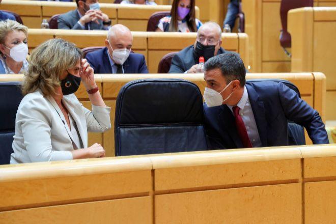 La vicepresidenta tercera del Gobierno y ministra para la Transición Ecológica y el Reto Demográfico, Teresa Ribera, y el presidente del Gobierno, Pedro Sánchez.