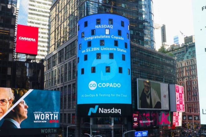 Pantalla del Nasdaq en Time Square  (Nueva York), que celebra el logro de Copado como nuevo 'unicornio', valorado en más de 1.000 millones de dólares.