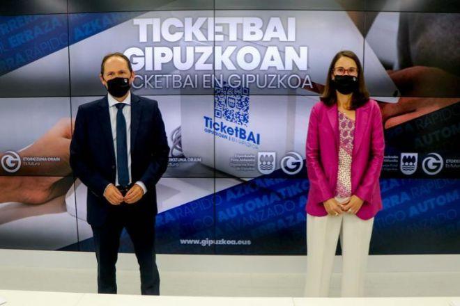 El diputado de Hacienda de Gipuzkoa, Jokin Perona; junto a la directora foral, Irune Yarza.