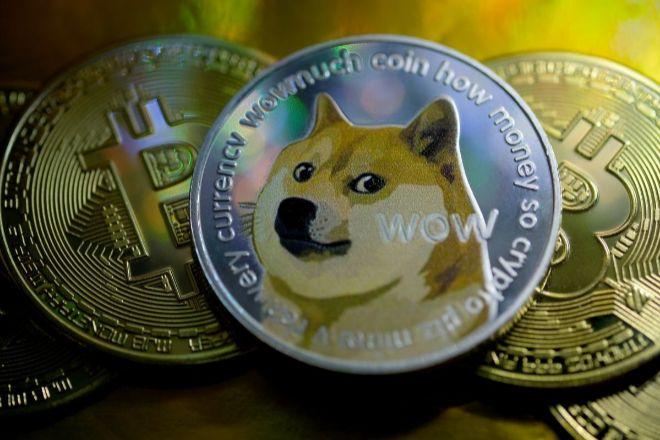 Imagen de una moneda de dogecoin sobre bitcoins