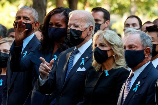El presidente de Estados Unidos, Joe Biden, entre su mujer Jill Biden y la ex primera dama, Michelle Obama, junto al expresidente Barack Obama y el exalcalde de Nueva York, Michael Bloomberg, durante el reciente homenaje a las víctimas de los atentados contra las torres gemelas del World Trade Center con motivo del 20º aniversario del magnicidio.