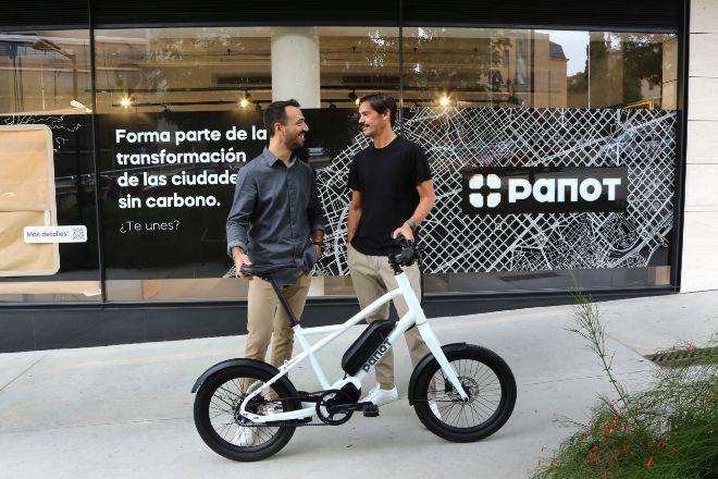 Didac Sabaté y Álvaro Ovejero, junto al nuevo modelo de bicicleta eléctrica Panot.