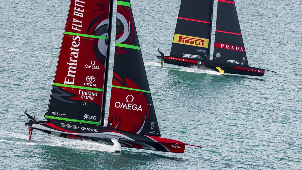 El Emirates Team New Zealand y el Luna Rossa Prada disputando la pasada edición de la Copa América.