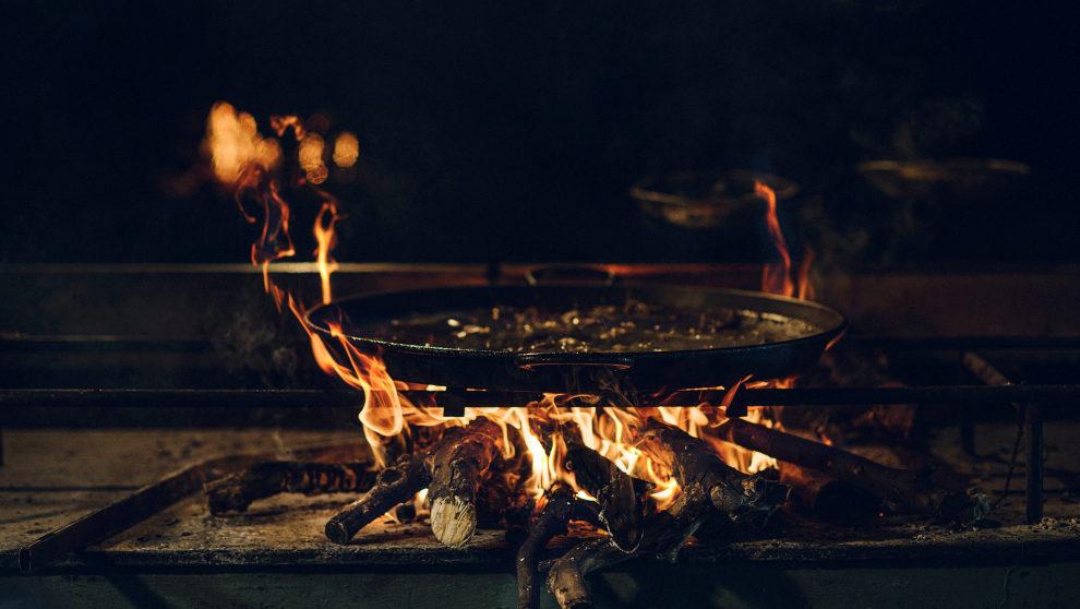 Respetar la preparación de la paella a leña como manda la tradición...