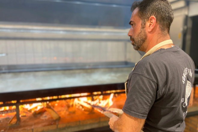 El maestro paellero Rafa Margós en faena en una de las paellas gigantes del nuevo obrador.
