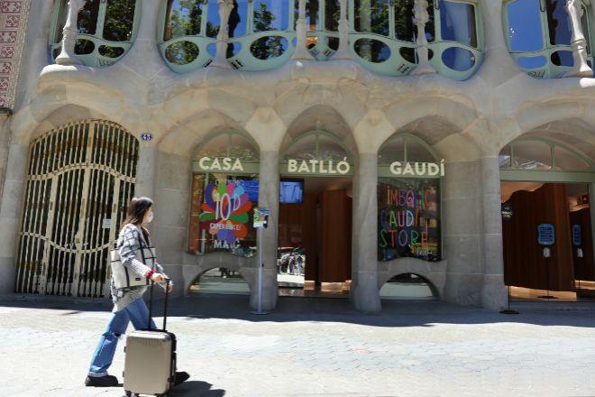 Una turista junto a la Casa Batlló, uno de las principales puntos de interés de la ciudad.