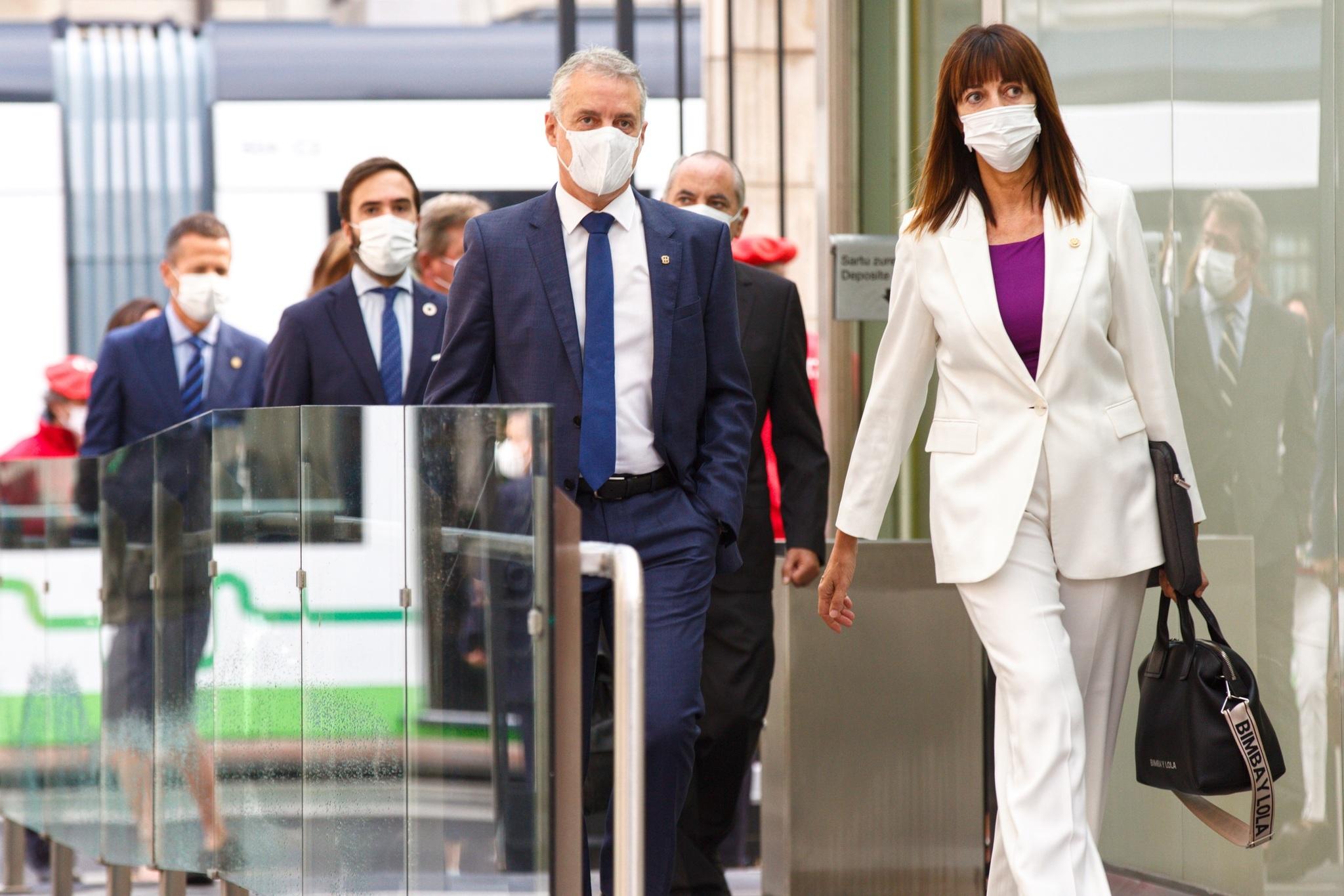 El lehendakari, Iñigo Urkullu, y la vicepresidenta, Iodia Mendia, a su llegada este jueves al pleno de Política General en el Parlamento vasco, en Vitoria.