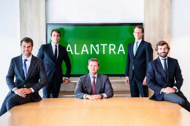 Miguel Hernández (centro), CEO de Banca de Inversión, y los nuevos miembros (de izq. a dcha): Jesús Bernardo, Manuel Fernández, Jorge Roa y José Martín Avanzini, a los que se unen César Ciriza y Andrés Ribón.