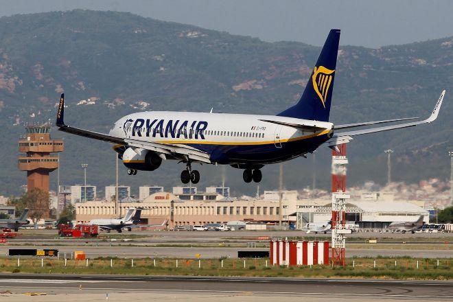 Un avión de Ryanair aterriza en El Prat.
