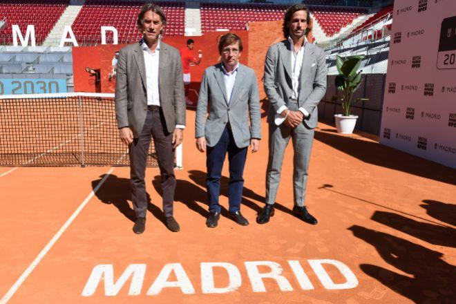 De izquierda a derecha, Gerard Tsobanian, CEO de Madrid Trophy Promotion, promotora del certamen;, José Luis Martínez Almeida, alcalde de la capital; y Feliciano López, tenista y director del torneo.