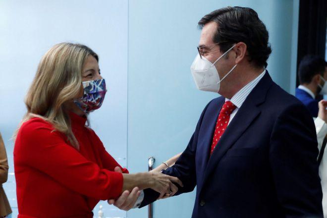 La vicepresidenta segunda y ministra de Trabajo y Economía Social, Yolanda Díaz, saluda al presidente de la CEOE, Antonio Garamendi, en un acto celebrado el pasado mes de junio en la sede del CES en Madrid.