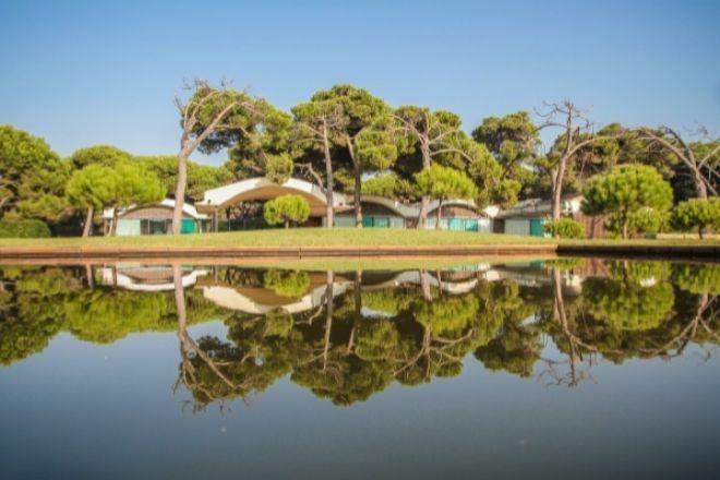 La Casa Gomis está integrada con los humedales y el pinar que tiene a su alrededor.